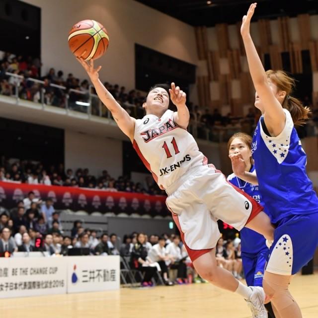 #11林 咲希選手は体勢を崩しながらもゴールを狙う