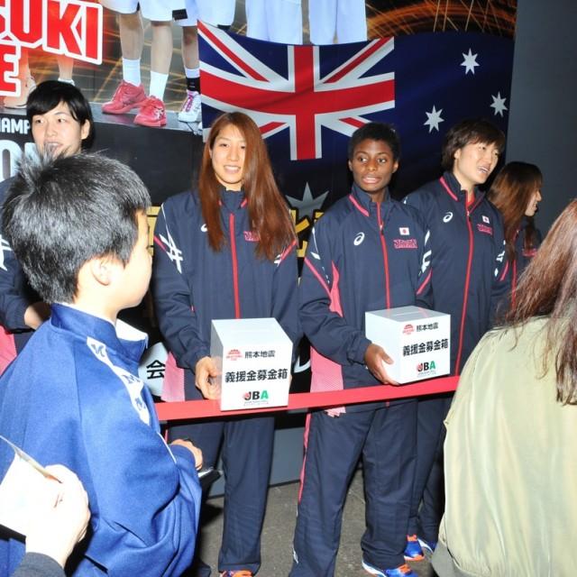熊本地震の募金活動を行う女子日本代表チーム