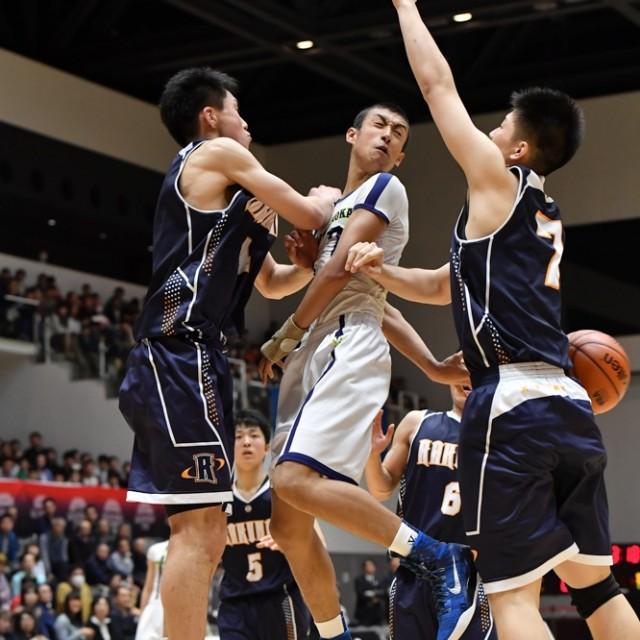 ダブルチームを受けながら帝京長岡高校 #7 遠藤 善選手のビハインドパス