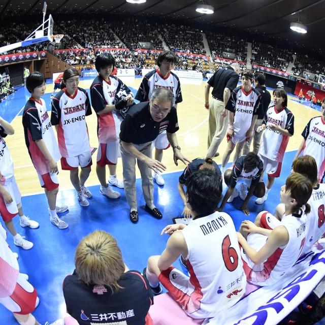 内海 知秀ヘッドコーチの指示を聞く日本ベンチ