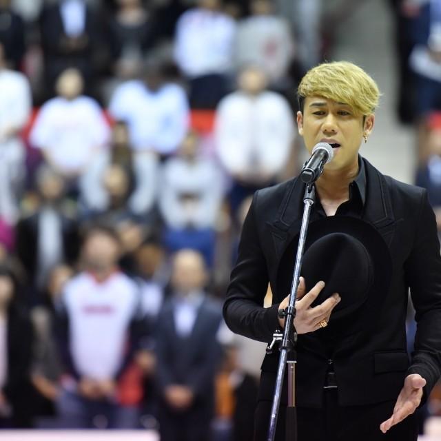 川畑 要さん(CHEMISTRY)による国歌斉唱