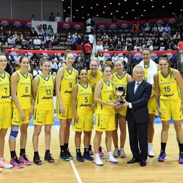 3連勝を飾ったオーストラリア代表に三井不動産 BE THE CHANGE CUPを贈呈