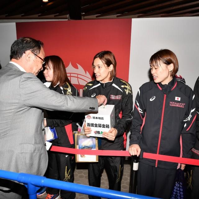 試合後、熊本地震の募金活動を行なった女子U-23日本代表選手たち